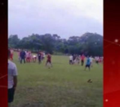 Jugadores de fútbol se atacan a golpes durante torneo en Repatriación