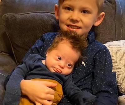 Un niño canta a su hermanito con síndrome de Down y emociona a todos