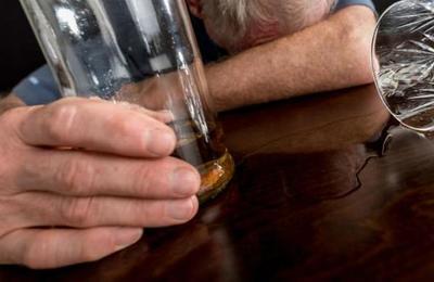 Borracho se quedó dormido en el baño del bar: llamó a la policía para que lo 'rescataran'