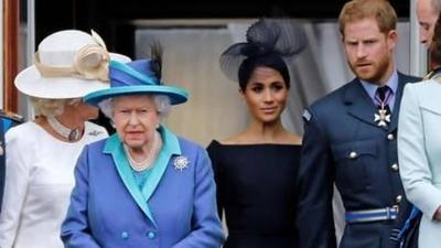 HOY / Reina Isabel II pone paño frío al retiro de Harry y Meghan