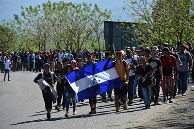 Nueva caravana de migrantes hondureños cruza Guatemala con destino a EE.UU.