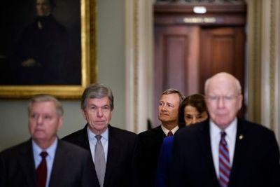 Los senadores estadounidenses encargados de juzgar a Trump prestan juramento
