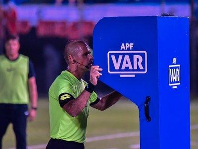 El fútbol vuelve a Paraguay con la novedad del VAR y Olimpia como favorito