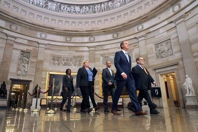 """""""Fiscales"""" del juicio político a Trump leen los cargos ante el Senado"""