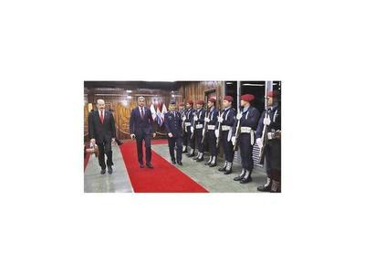 Presidente repasó planes de inversión y estrategias con los altos jefes de FFAA