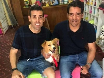 Tratan de figureti a Edgar Camarasa por sacarse fotos con perro rescatado