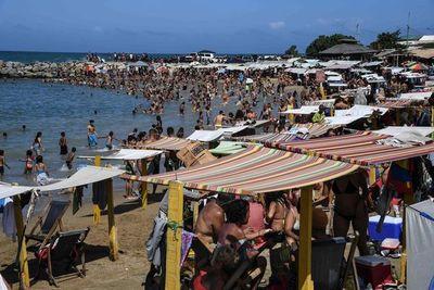 """En la playa en Venezuela: alcohol, reguetón y """"ningún cambio"""" en el horizonte"""