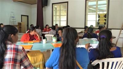 Madres ejercen el rol de educadoras en escuelitas de comunidades indígenas