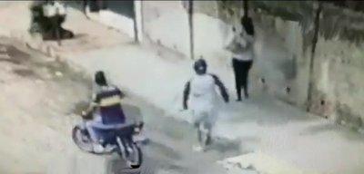 Mujer es brutalmente agredida por motochorros