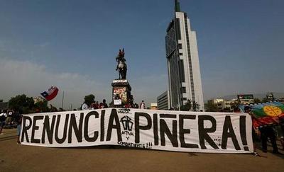 """Miles de personas marchan de negro y en silencio contra """"represión"""" en Chile"""