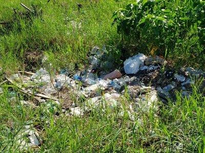 Denuncian acumulación de basura en baldío de Luque