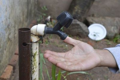 Barrios de Luque y Asunción están sin agua y desde Essap culpan a la basura
