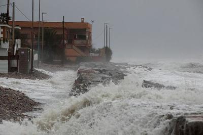 Tres muertos, récord de oleaje, rutas cortadas y 33 provincias de España en alerta por un temporal