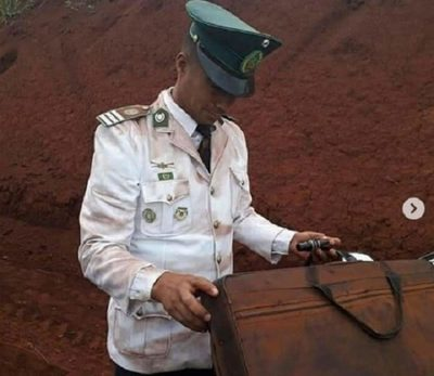 Músicos militares llegan sucios a acto de inauguración
