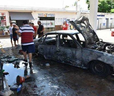 Vehículo ardió en llamas mientras le cargaban combustible