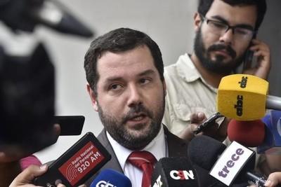 Exviceministro asegura que no aceptó el 'bolígrafo' que le dejaron como regalo: 'quedó en el despacho del Ministerio Público'