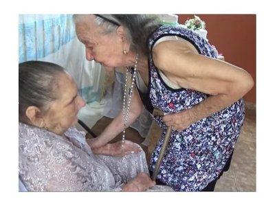 Abuelita de 90 años le cantó cumpleaños a su hermana mayor