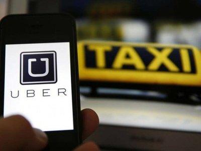 Taxistas acorralan a conductores de MUV y Uber