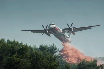 Muere bomberos al desplomarse un avión que combatía incendio