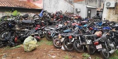 HOY / Epidemia de dengue: jueza ordena destrucción de 5.000 vehículos abandonados en sedes policiales