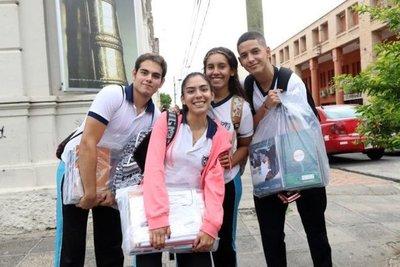 Más de cien mil estudiantes en San Pedro recibieron kits escolares