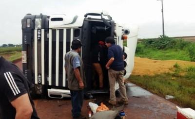 Granos de soja esparcidos tras vuelco de camión