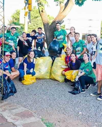 Jóvenes se organizan para juntar basura corriendo