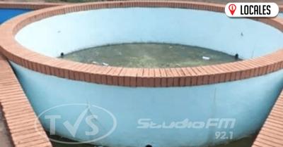 Potencial criadero de mosquitos en inmediaciones de la Municipalidad de Encarnación