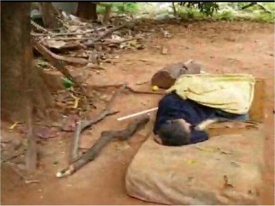 Anciano vive en abandono en patio baldío de Luque