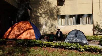 Acampan frente al Ministerio de Defensa para estudiar inglés