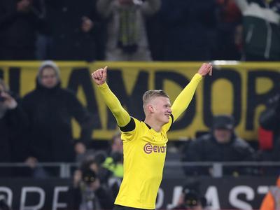 Haaland salió del banco y anotó un doblete en la victoria del Dortmund