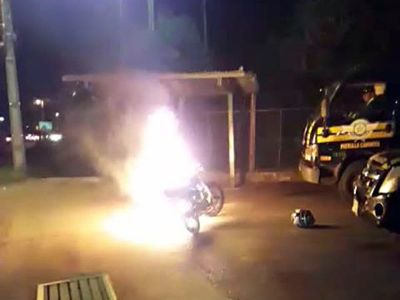 Lo multaron con conducir tomado y decidió quemar su motocicleta