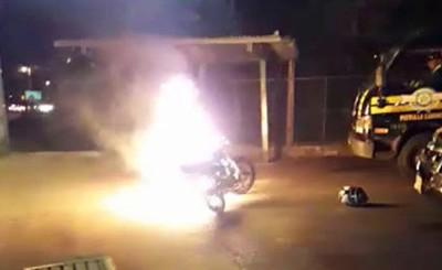 Quemó su moto tras dar positivo al alcotest