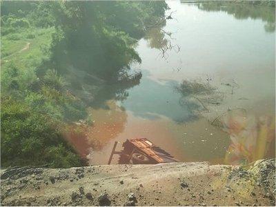 Concepción: Cae camión de gran porte al río Aquidabán