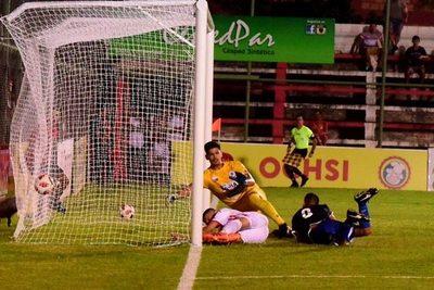 Cáceres dió la victoria al Rayadito