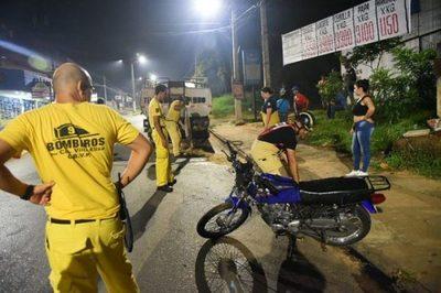 Motociclista resulta gravemente herido tras chocar contra un camión