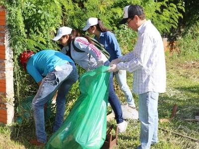 Funcionarios y becarios de la EBY participaron de minga ambiental en Pilar
