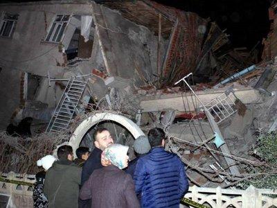 Suben a 35 los muertos por el terremoto en Turquía