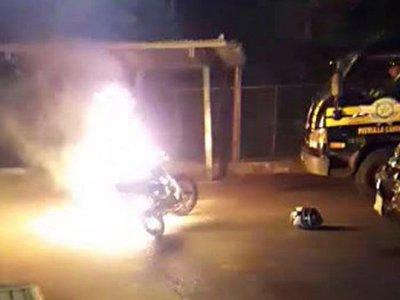 Cayó en alcotest y de rabia quemó su moto
