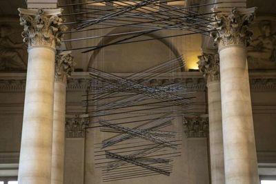El Louvre expone una obra cinética del artista venezolano Elías Crespín
