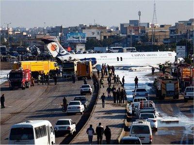 Avión se sale de la pista al aterrizar y termina en una autopista