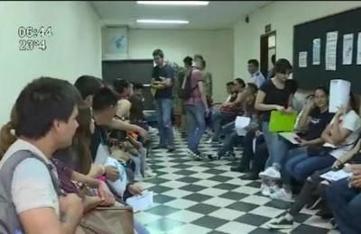 Filas en el Ministerio de Defensa Nacional por un lugar para estudiar idiomas