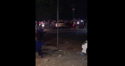 HOY / Turba de motociclistas casi mata a golpes a conductor durante carrera clandestina