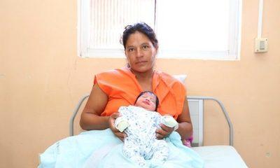 Mujer rescatada de asentamiento dio a luz a una beba