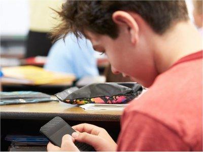Ley restringe desde este año uso de celulares en escuelas y colegios