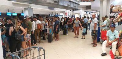 Quejas por lenta atención en zona de embarque del aeropuerto