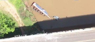Camión cae a río tras ataque de avispas