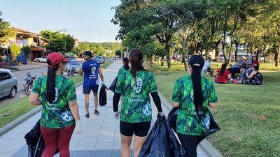 Corredores recogen basuras a su paso para eliminar criaderos de dengue