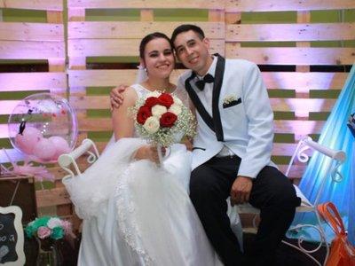 Recién casados ofrecen prestar el traje y el vestido a otras parejas