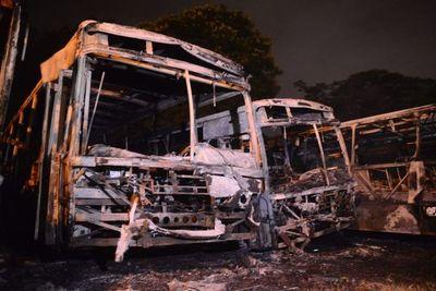 15 buses fueron incendiados en Mariano Roque Alonso